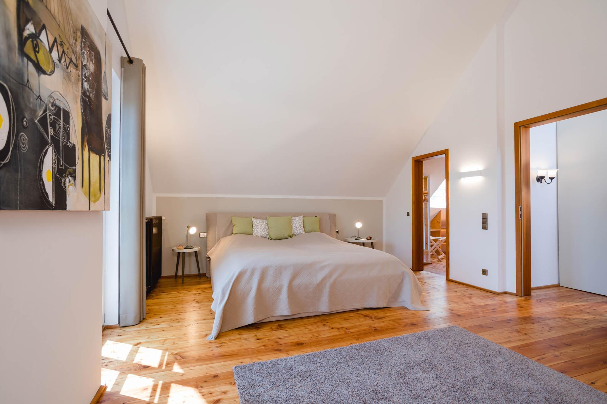 Masterschlafzimmer mit Doppelbett 200 x 200cm, DG