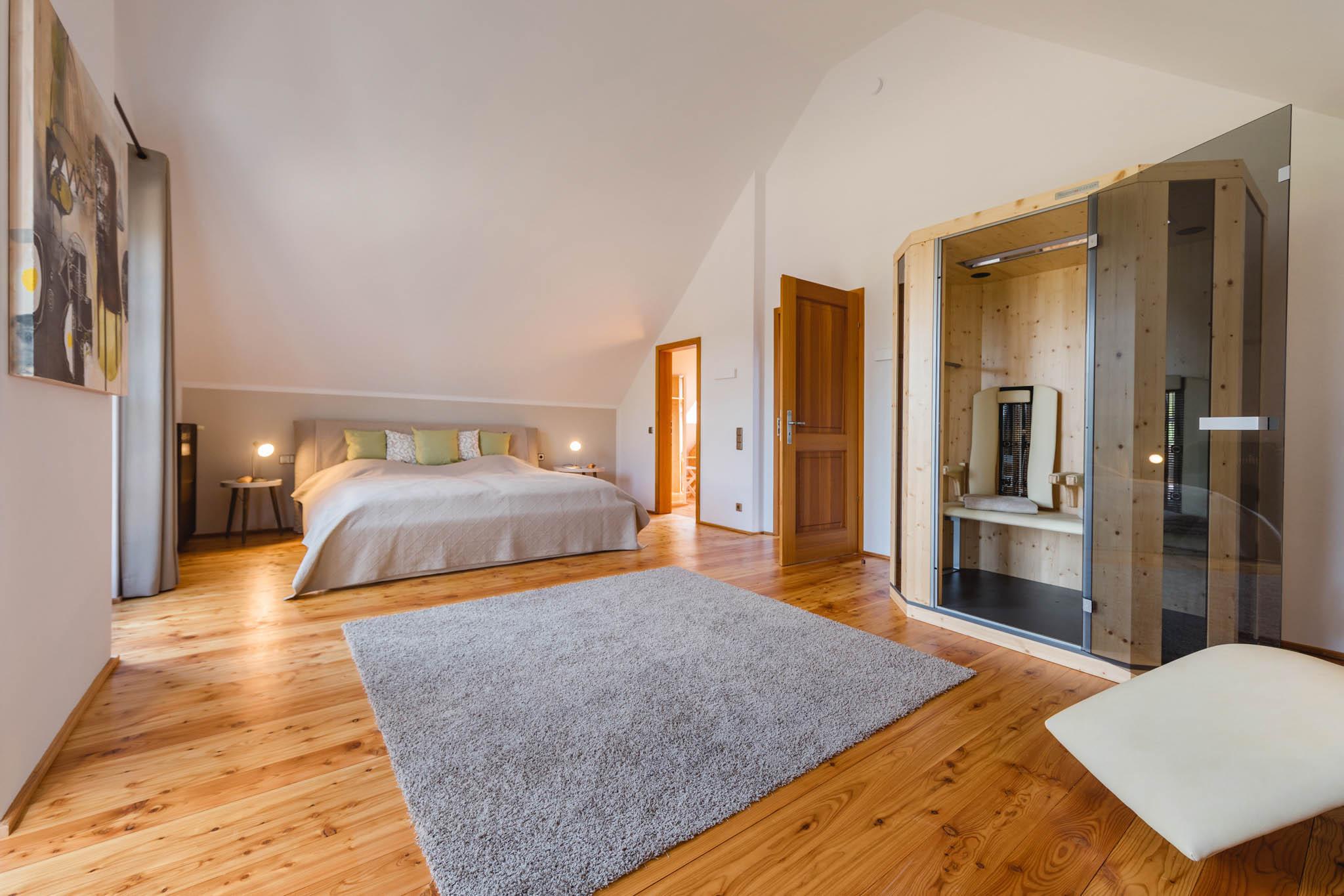 Masterschlafzimmer mit Infrarotkabine, DG