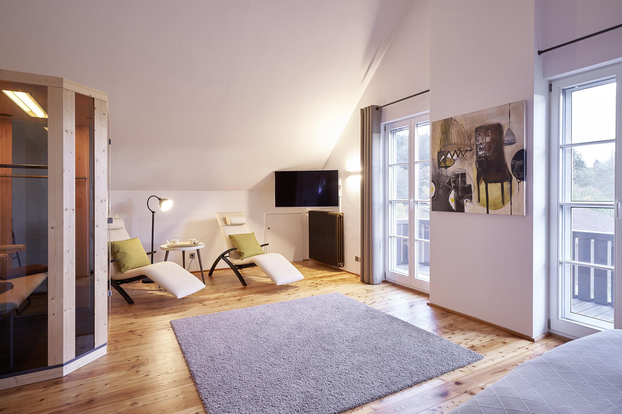Masterschlafzimmer mit Infrarotkabine, 2 Wärmeliegen, TV und Balkon , DG