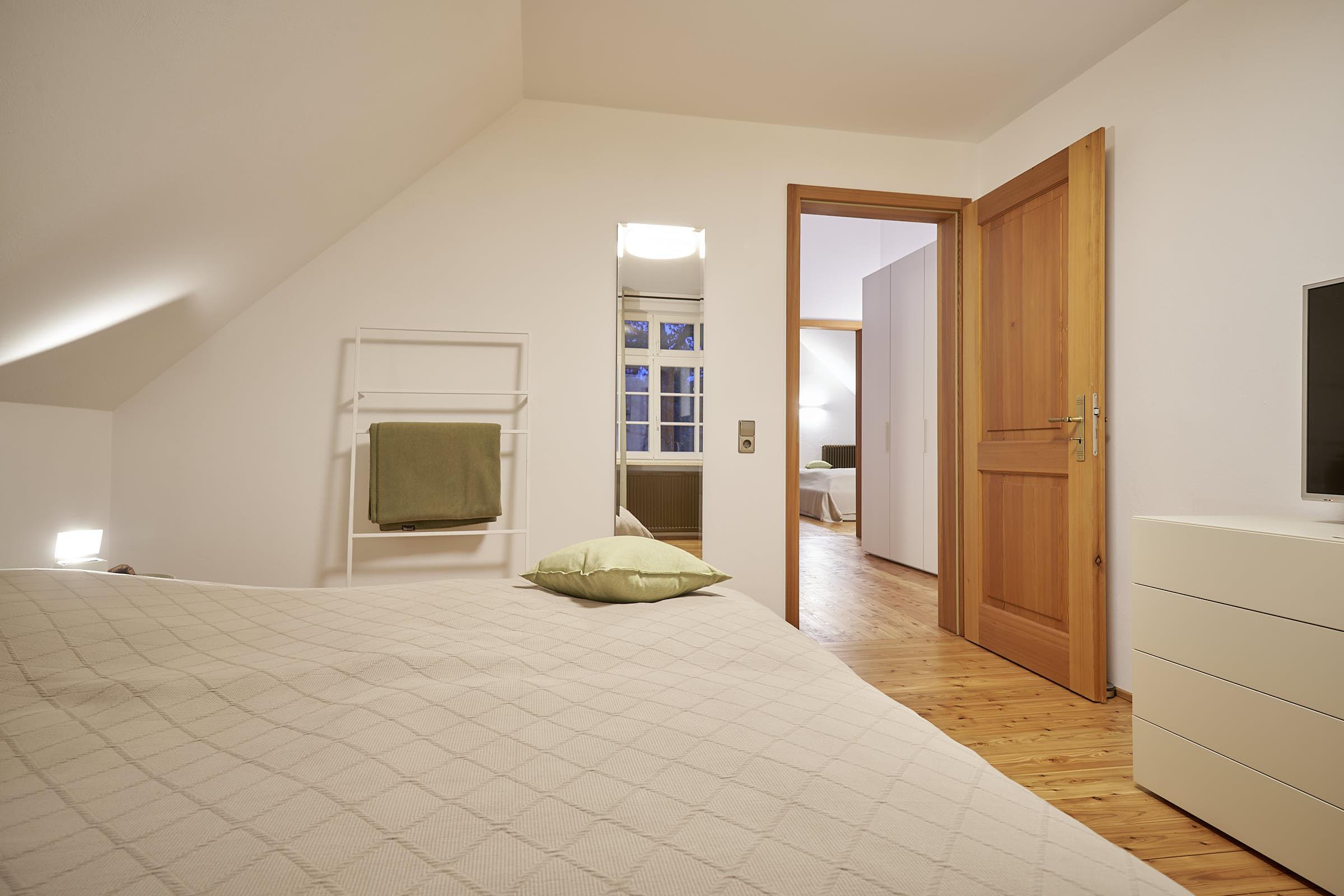 2. Schlafzimmer mit Blick zum Flur, DG