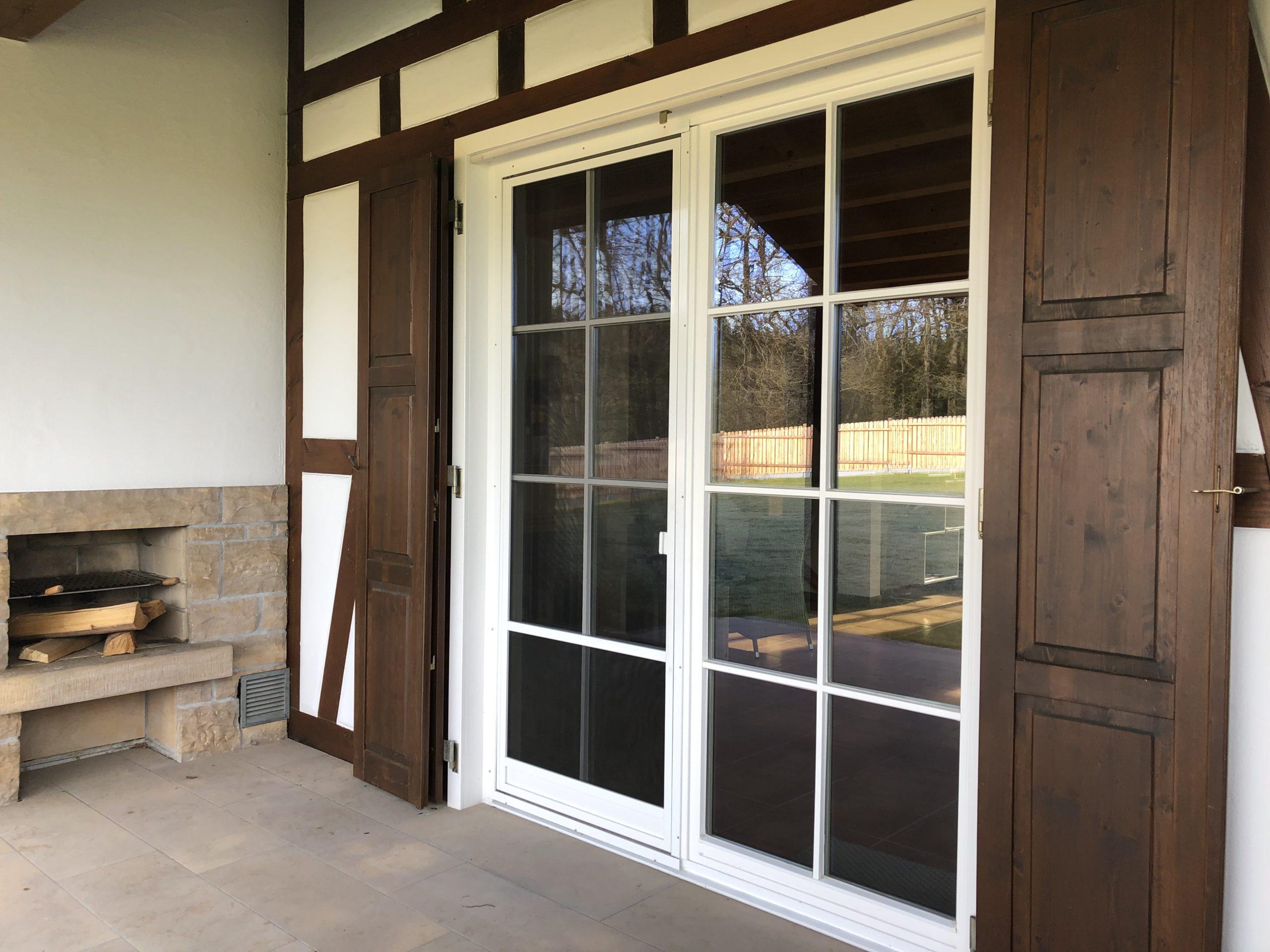 Direkter Durchgang von Terrasse zum Wohnbereich, Außenkamin mit Grillmöglichkeit