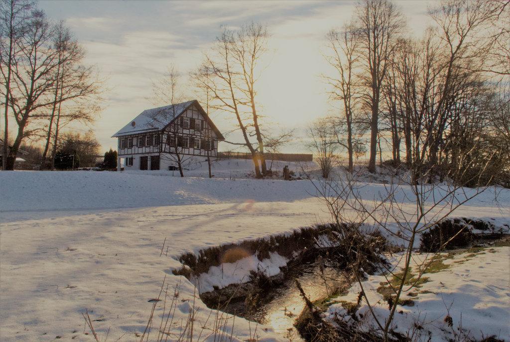 Ferienhaus in der Winterabendsonne